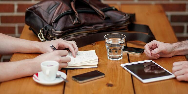 https://www.indinero.com/wp-content/uploads/2016/07/people-apple-iphone-writing.jpg